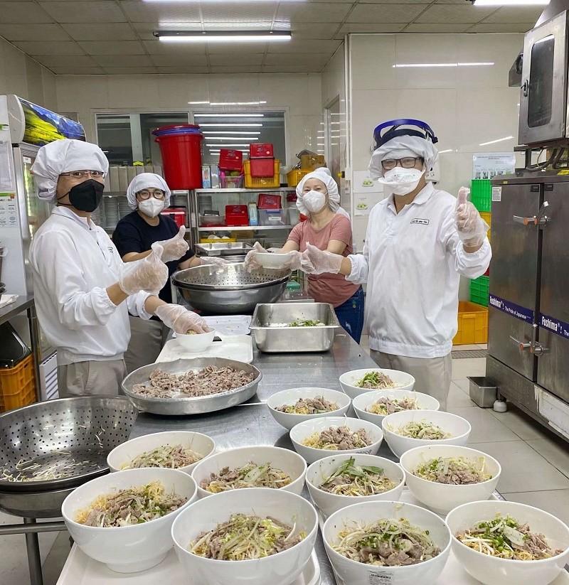 5-nhan-vien-nestle-dang-thuc-hien-phuong-an-3-tai-cho-1631885543.jpg